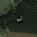Самолет лежит в лесу