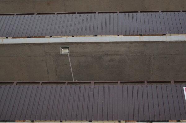 Прожектор наружного освещения над подъездом в ЖК Суворовском