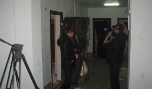 Журналисты снимают разбитые квартиры