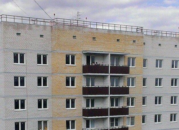 Дети на балконе 16 этажа в закрытом доме