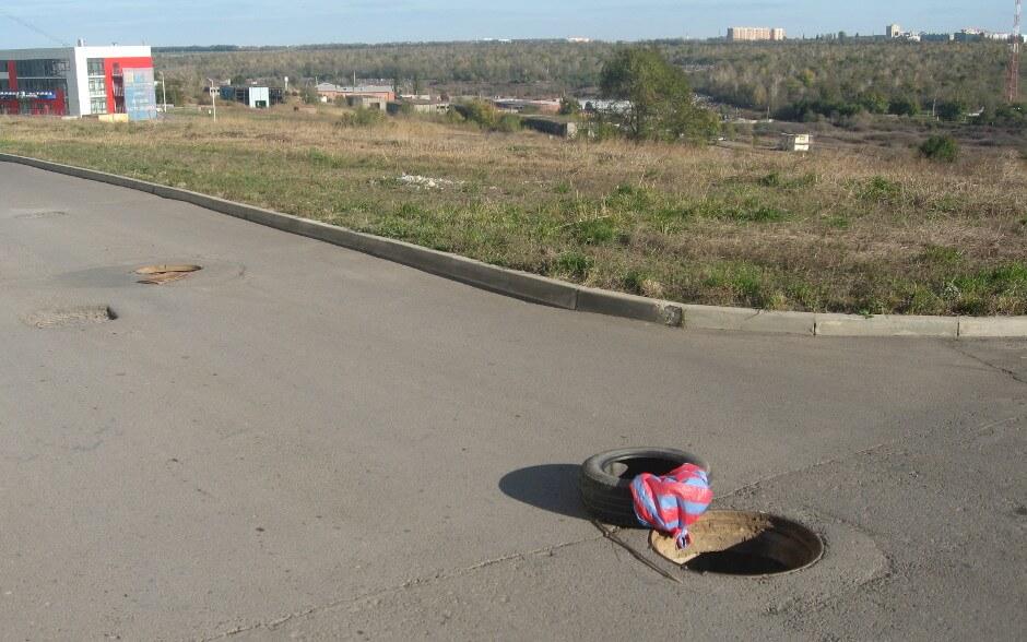 Открытые люки в ЖК Суворовском