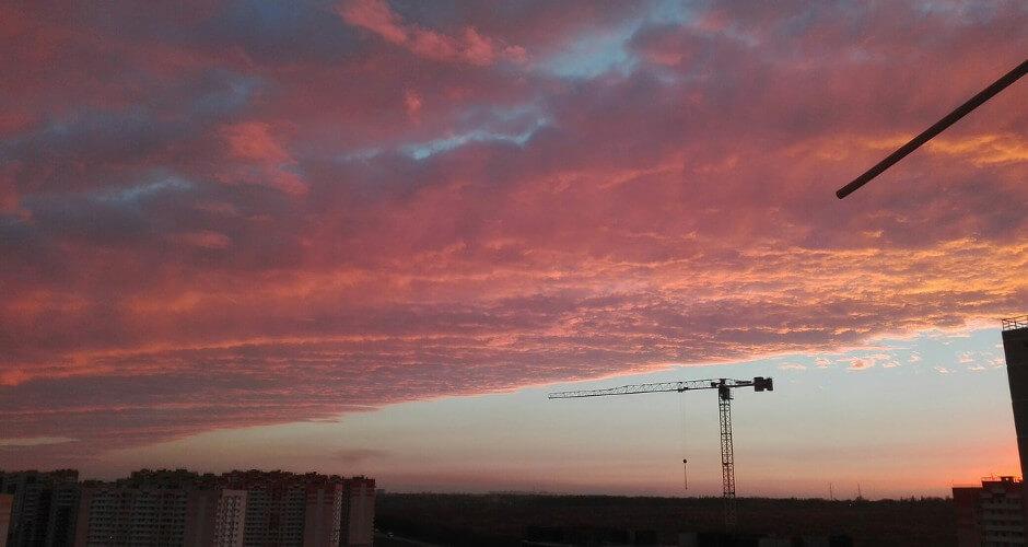 Вид на строительные краны