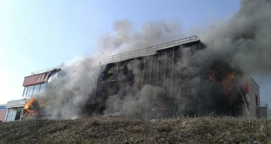 Здание Пятерочки охвачено огнем