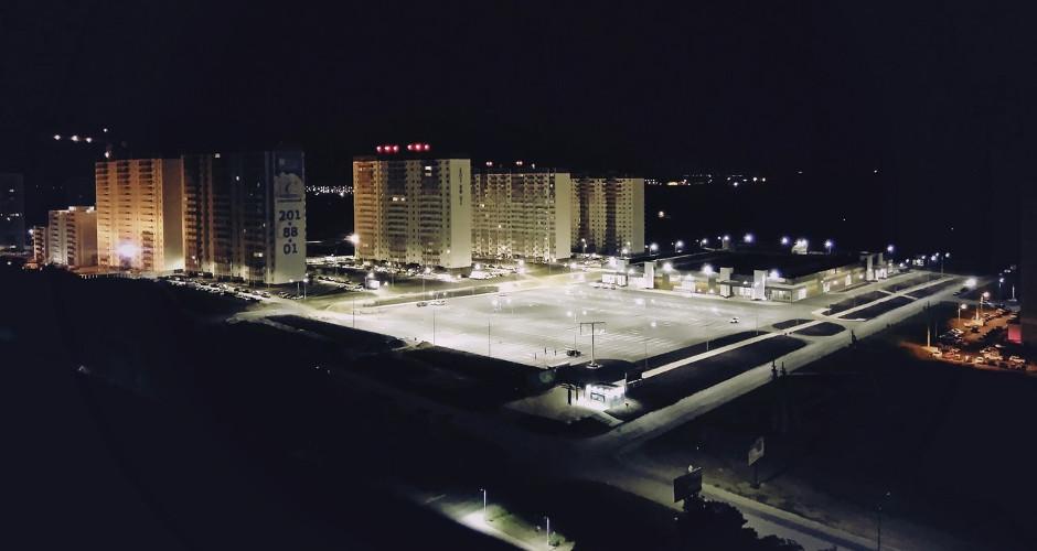 Вид на ночную парковку ТЦ Суворовский