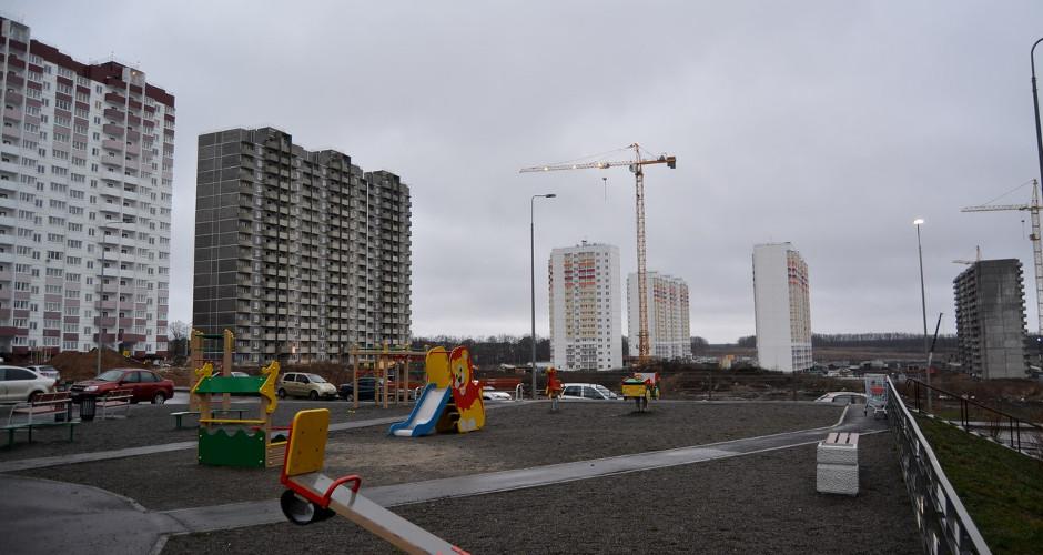 Детская площадка под дождем в Суворовском