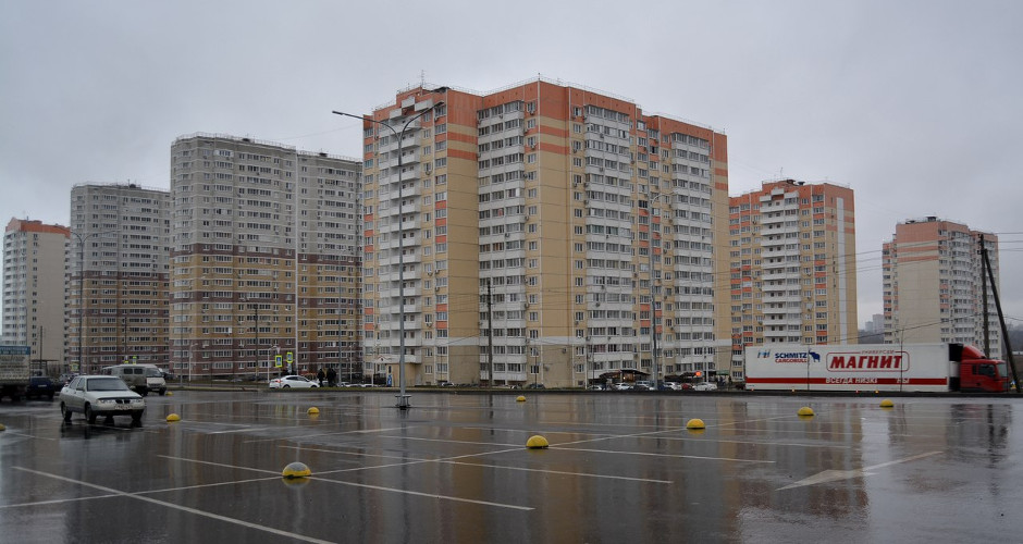 Мокрая парковка торгового центра Суворовский
