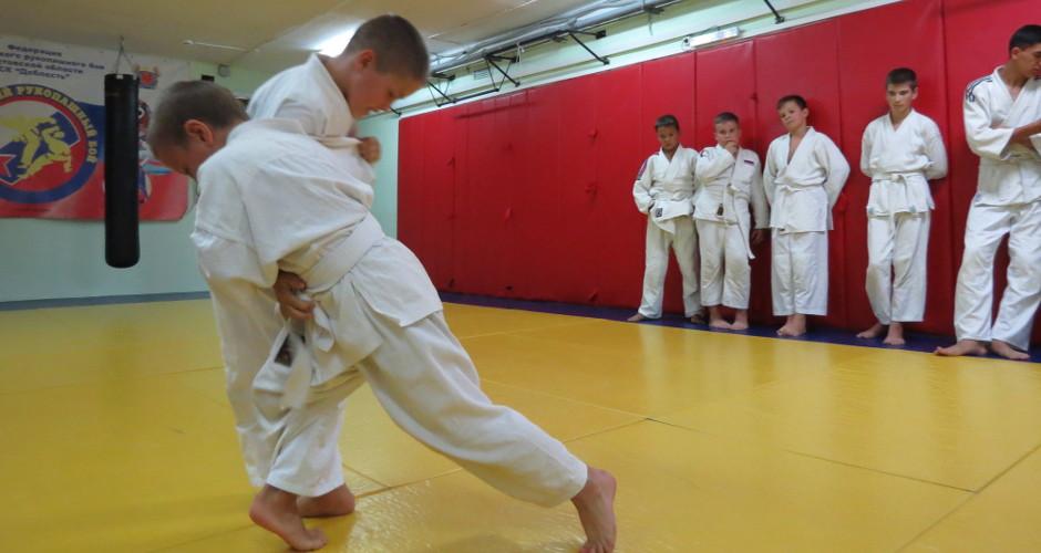 рукопашный бой между спортсменами детьми