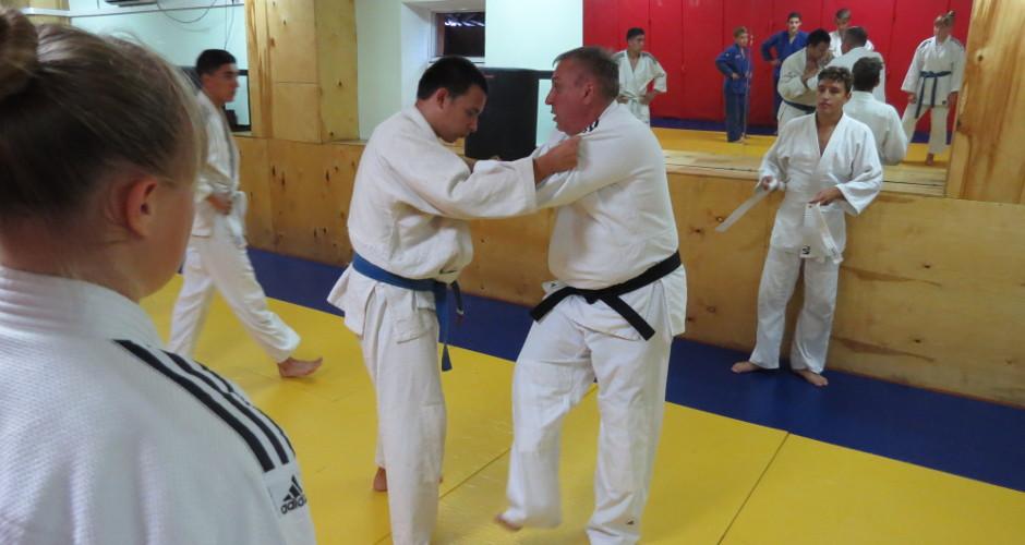 Тренер показывает прием