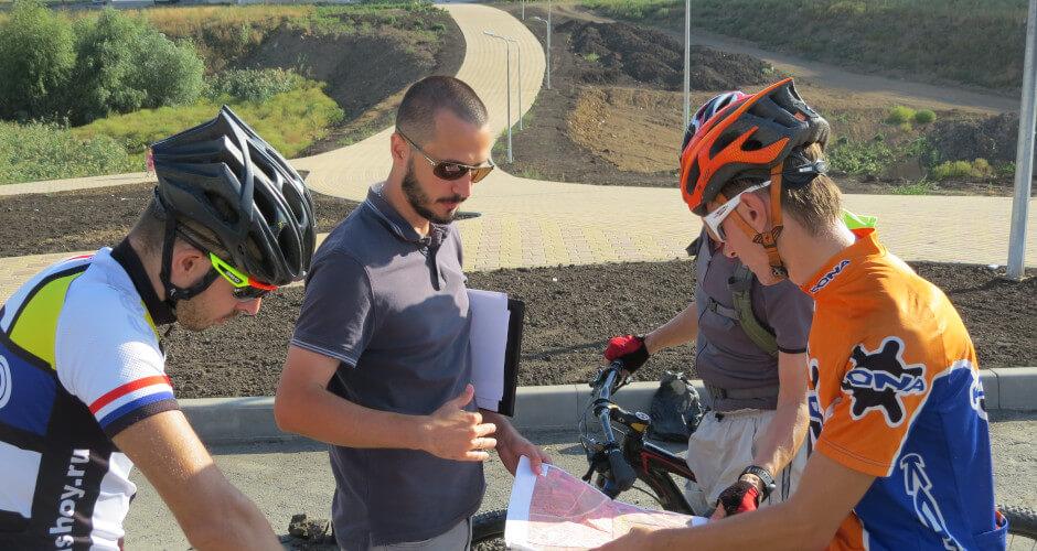 Велосипедисты получают инструктаж
