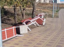 Поваленные скамейки