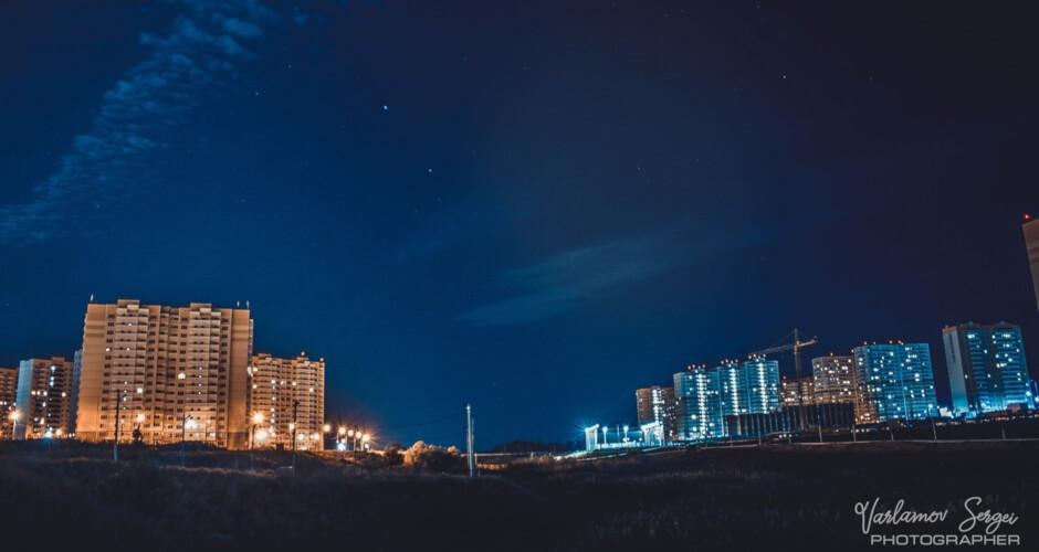 Вид на ночной ЖК Суворовский