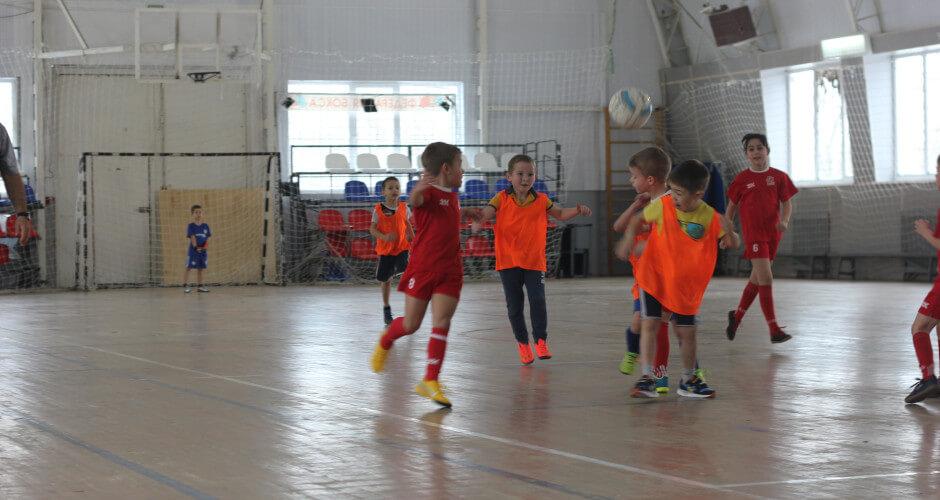 Дети играют в мини-футбол