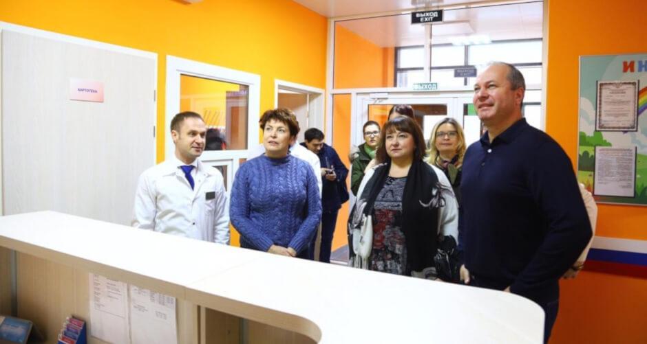 Кушнарев вошел в поликлинику Суворовского
