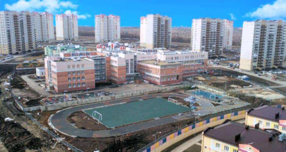 Вид на школу ЖК Суворовский от марта 2019 года.