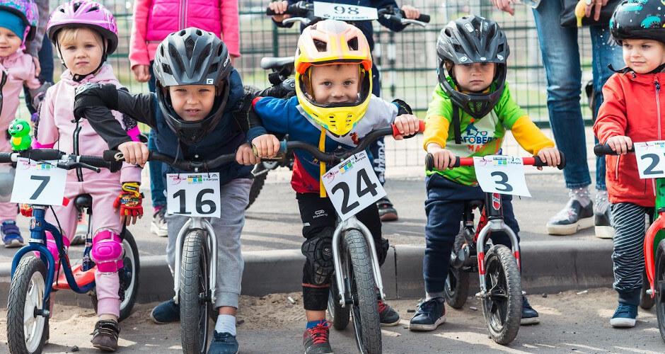 Дети на велосипедах в ЖК Суворовский