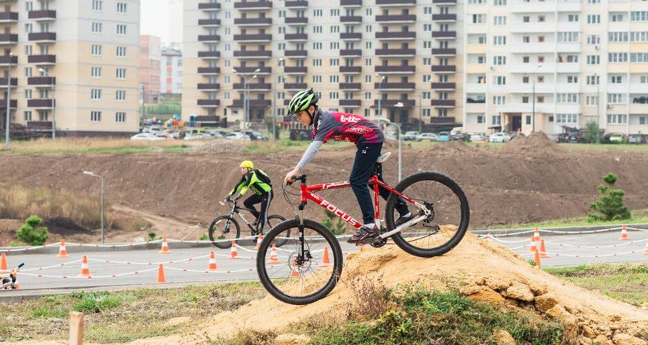 Взрослые на соревновании по маунтинбайку в ЖК Суворовский