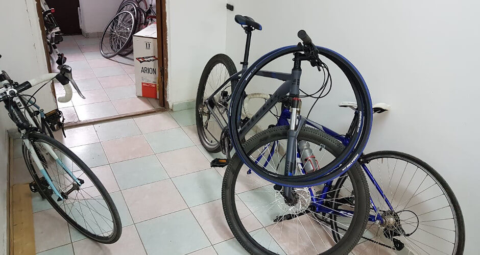 Велосипеды в коридоре