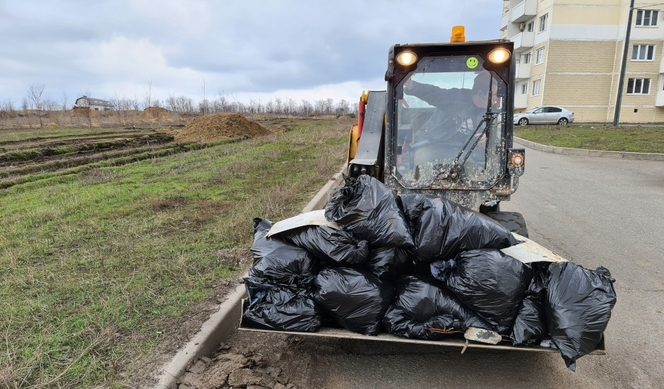 Субботник в ЖК Суворовский 3 апреля 2021 года. Погрузчик мусора.
