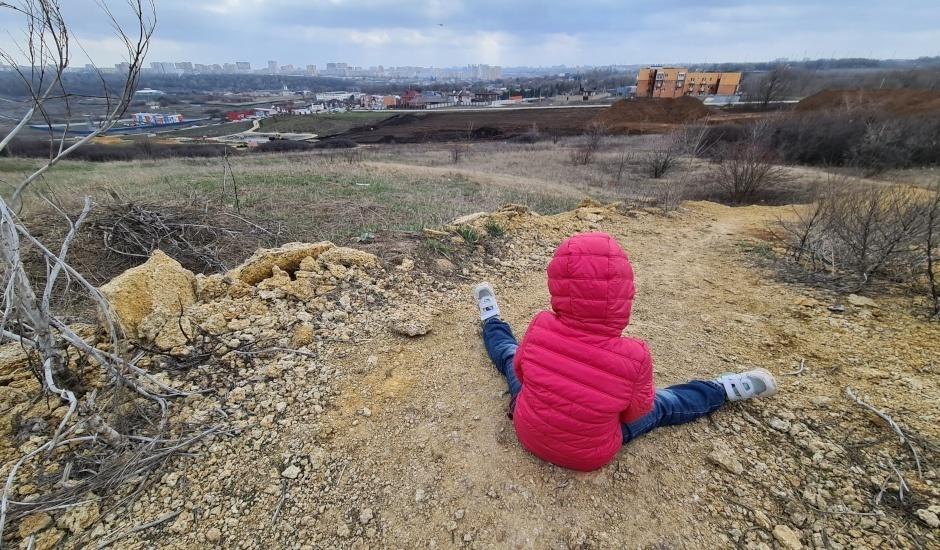 Субботник в ЖК Суворовский 3 апреля 2021 года. Сидящий ребенок.